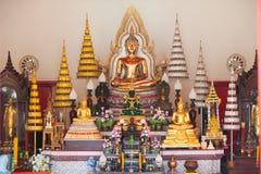 Schöne buddhistische Statue im thailändischen Tempel Stockfotografie