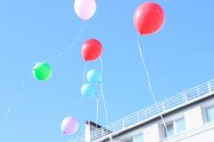 Schöne bunte Ballone gegen blauen klaren Himmel Konzept des Cers lizenzfreies stockfoto