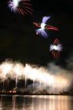Schöne, bunte Feuerwerke über dem Fluss während eines Unabhängigkeitstags Lizenzfreies Stockfoto