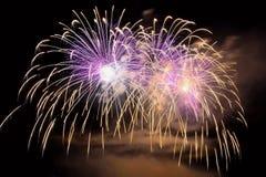 Schöne bunte Feuerwerke auf dem Wasser tauchen mit einem sauberen schwarzen Hintergrund auf Spaßfestival und internationaler Wett Lizenzfreies Stockbild
