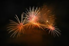 Schöne bunte Feuerwerke auf dem Wasser tauchen mit einem sauberen schwarzen Hintergrund auf Spaßfestival und internationaler Wett Stockfoto