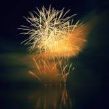 Schöne bunte Feuerwerke auf dem Wasser tauchen mit einem sauberen schwarzen Hintergrund auf Spaßfestival und internationaler Wett Lizenzfreie Stockfotografie