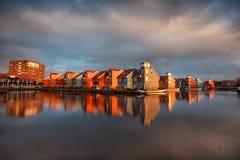 Schöne bunte Gebäude auf Wasser in Groningen Stockfotografie