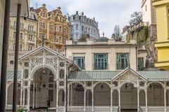 Schöne bunte Gebäude, Kolonnade und Straße in Karlovy Vary stockfotografie