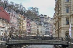 Schöne bunte Gebäude nahe bei dem Ufer des Flusses in Karlovy Vary lizenzfreie stockbilder