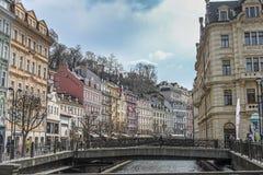Schöne bunte Gebäude nahe bei dem Ufer des Flusses in Karlovy Vary stockbilder