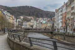 Schöne bunte Gebäude nahe bei dem Ufer des Flusses in Karlovy Vary lizenzfreie stockfotografie