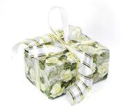 Schöne bunte Geschenkbox mit Bögen und Blumen Lizenzfreies Stockfoto