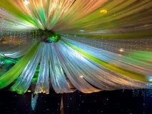 Schöne bunte Hochzeits-Dekoration auf Decke Stockfotos