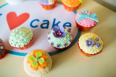 Schöne, bunte, köstliche kleine Kuchen auf dem Tisch Lizenzfreies Stockfoto