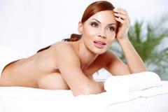 Schöne busty Frau in einem Badekurort Stockbild