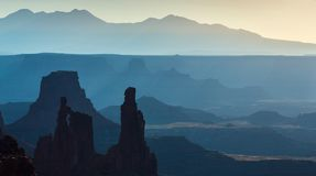 Schöne Canyonlands-Ansicht, von Mesa Arch Lizenzfreie Stockbilder
