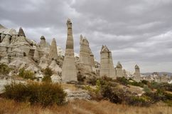 Schöne Cappadocian-Berglandschaft mit unusal Felsen, Cappadocia Stockfotos