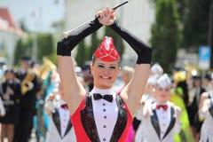 Schöne Cheerleader, die zur Kamera lächelt Stockbild