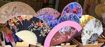 Schöne chinesische Art, die kühle Fans faltet lizenzfreie stockfotografie