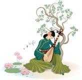 Schöne chinesische Frau, die den Pipa spielt Lizenzfreies Stockfoto