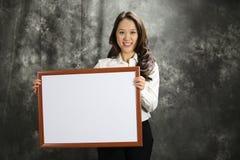 Schöne chinesische Geschäftsfrau zeigt Produkt an Stockfotos