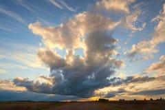 Schöne Cirruswolken am Sonnenuntergang für Hintergrund Lizenzfreie Stockfotografie