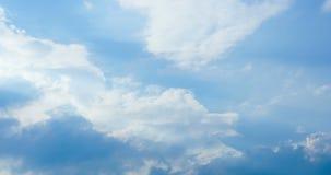 Schöne cloudscape Zeitspanne mit den großen, errichtenden Wolken und der Sonne, die durch Wolkenmasse bricht stock video
