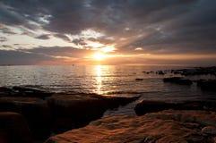 Schöne Coatian adriatische Küste auf Dämmerung Stockfotografie