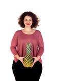 Schöne curvy Mädchenholding und -ananas stockbild