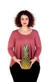 Schöne curvy Mädchenholding und -ananas stockbilder