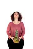 Schöne curvy Mädchenholding und -ananas stockfotos