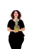 Schöne curvy Mädchenholding und -ananas stockfoto