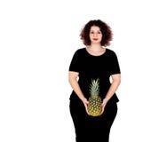Schöne curvy Mädchenholding und -ananas lizenzfreie stockfotos