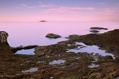 Schöne Dämmerung über adriatischer Seeküste Lizenzfreie Stockfotos