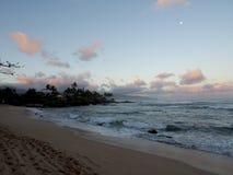Schöne Dämmerung über dem Ozean mit den Wellen, die in Felsen alo zusammenstoßen Lizenzfreies Stockbild