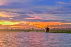 Schöne Dämmerung in einem See mit wenigem Haus am See lizenzfreie stockfotografie
