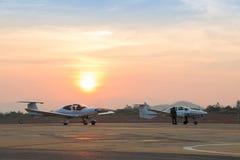 Schöne Dämmerungs-Sonnenuntergang-Landschaft mit Flugzeugen am Flughafen Lizenzfreie Stockfotos