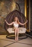 Schöne dünne blonde entspannende Frau Stockfotografie