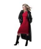 Schöne, dünne blonde Frau, rotes Kleid, schwarzer Mantel Lizenzfreie Stockbilder