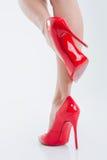 Schöne dünne Frauenbeine in den Schuhen der hohen Absätze Lizenzfreie Stockfotos