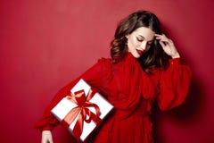 Schöne dünne dünne Zahl der jungen Frau, die Kleidungssammlung des Makes-up moderne stilvolle Kleider, Brunette, Geschenkkästen g lizenzfreies stockbild