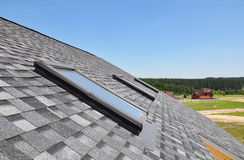 Schöne Dachfenster und -oberlichter Stockfotos