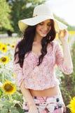 Schöne Dame auf dem Sonnenblumegebiet Lizenzfreie Stockbilder
