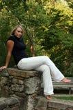 Schöne Dame auf der Leiste Stockfoto