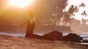 Schöne Dame in den Trainingsnazugerhöhungshänden langsam meditierend stock footage