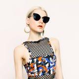 Schöne Dame in der modernen Sonnenbrille Tendenz der Jahreszeit Lizenzfreie Stockfotos