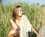 Schöne Dame der Nahaufnahme genießen den im Freienrest Stockfotos