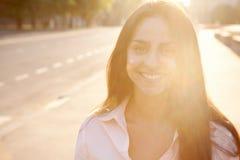 Schöne Dame in der Sonnenuntergangleuchte Lizenzfreie Stockfotografie