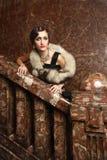 Schöne Dame, die auf das Treppenhaus wartet Stockfoto