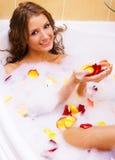 Schöne Dame, die ein Bad nimmt Stockbilder