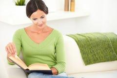 Schöne Dame, die friedlich ein Buch liest Lizenzfreies Stockfoto