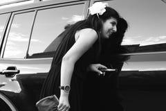 Schöne Dame, die im Autofenster schaut stockbilder