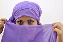 Schöne Dame, die lila silk Schal trägt Stockfotos