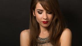 Schöne Dame, die mit Halskette im Studio aufwirft Stockfotografie